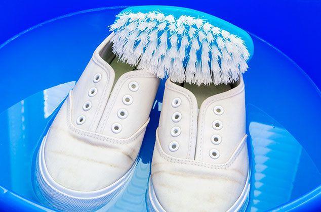 Trucos para dejar tu calzado blanco como nuevo